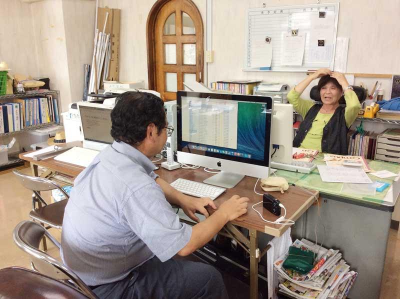 写真iMacとL.佐藤